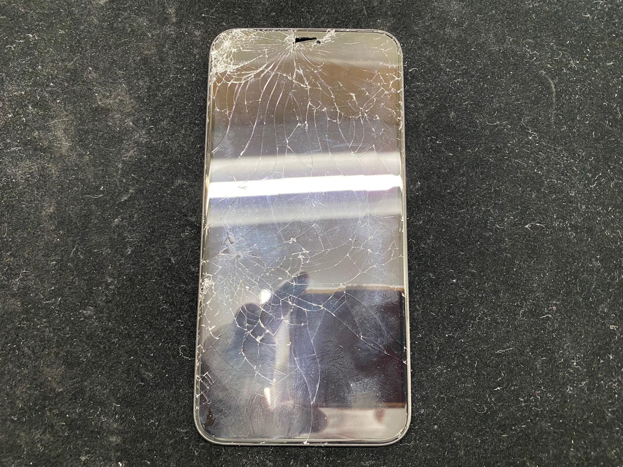 iPhone11Proの画面ガラス割れのお客様がご来店されました